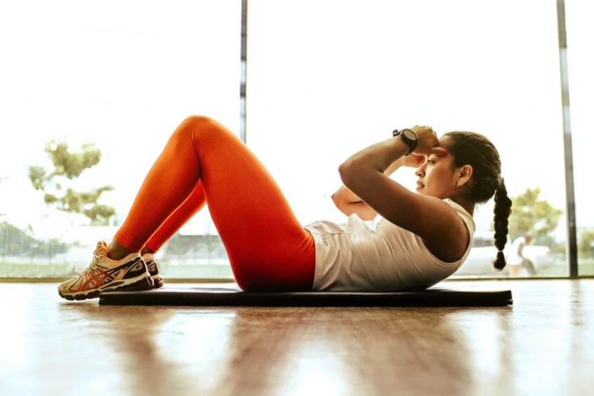 female doing crunches for weight loss